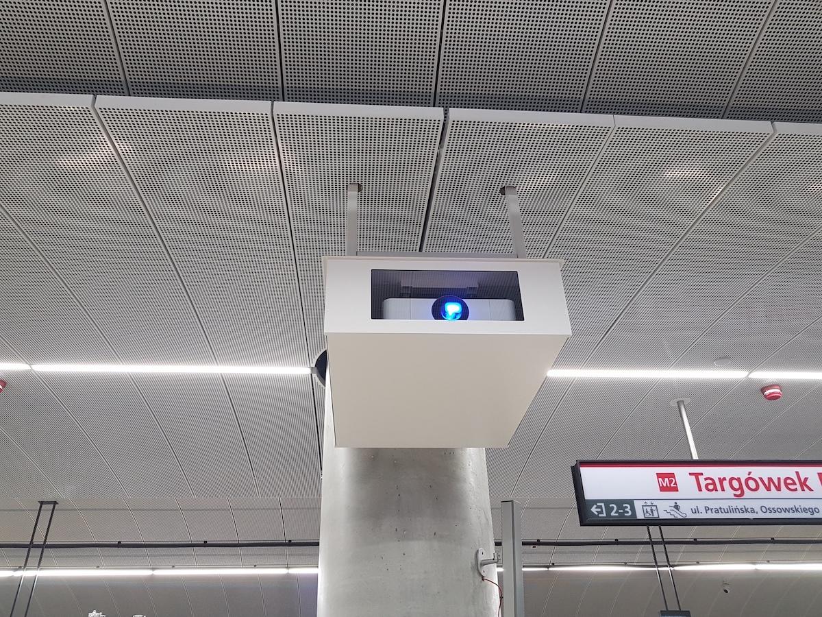 projektory Sony na stacjach warszawskiego metra