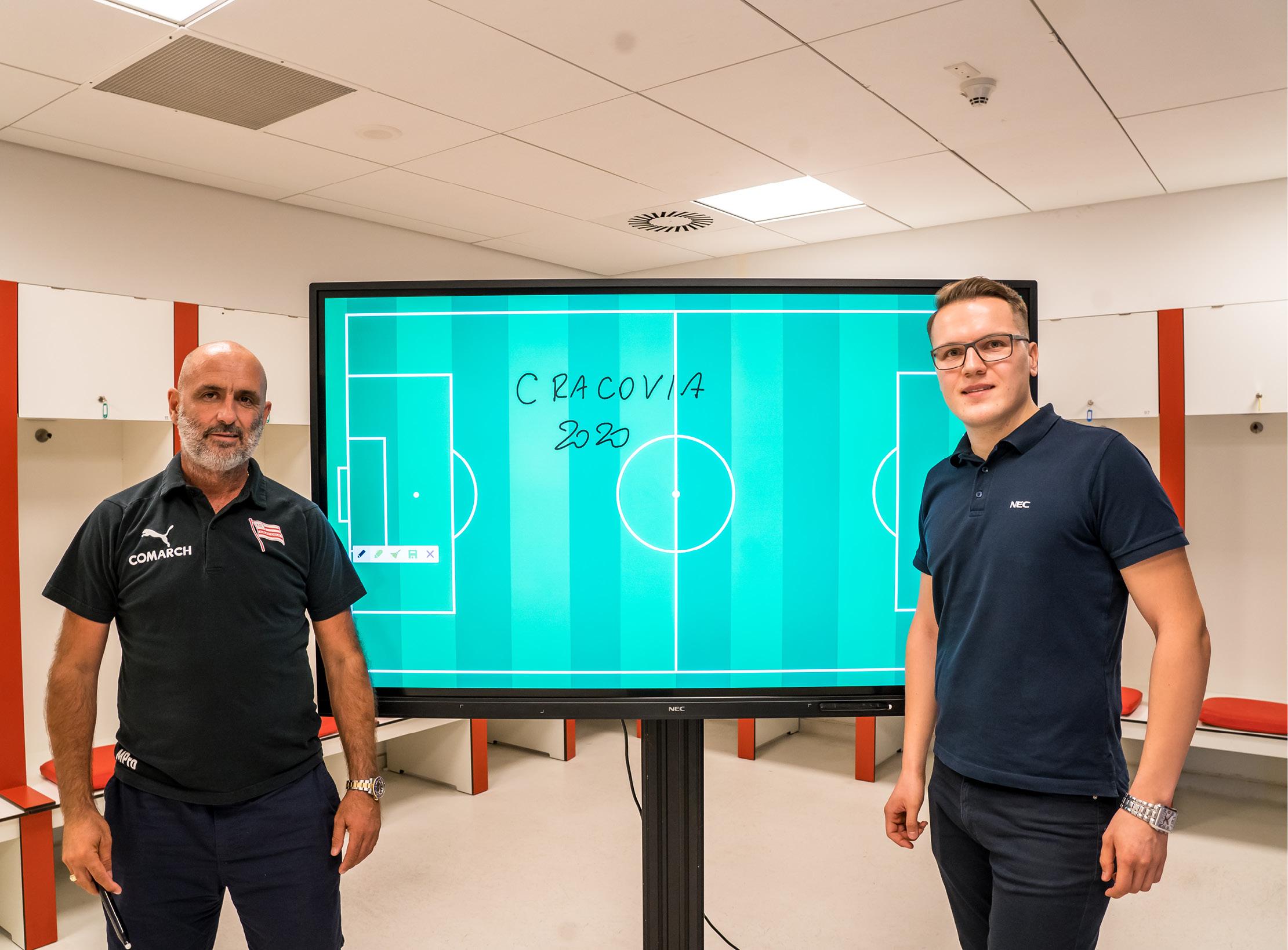 Trener Cracovii Michał Probierz (z lewej) i Rafał Wójcik, key account manager NEC Display Solutions